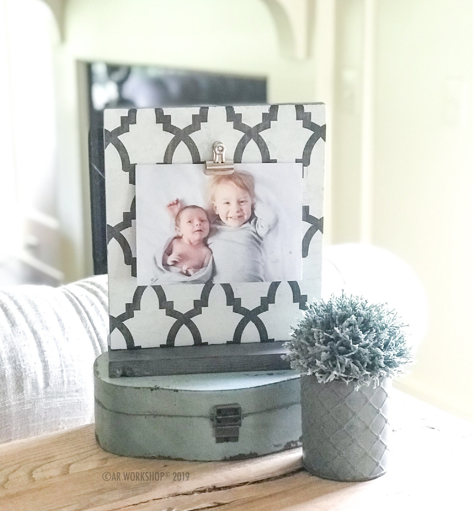 geometric gate pattern standing photo frame - square
